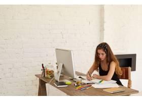 吸引人的平面设计师女性用PC电脑文件和彩_11193423
