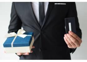 商人使用信用卡购买圣诞礼物的特写_3798985