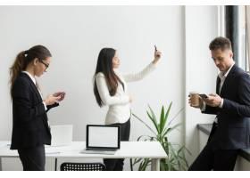 商务人士使用智能手机发短信休息时在办公_3952588