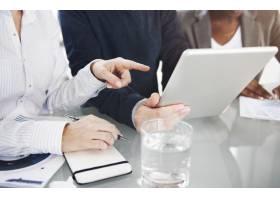 商务人士正在使用数字平板电脑_2760686