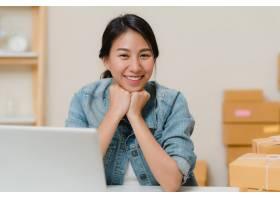 商务女性在家中的办公室工作时微笑着看着_4395090