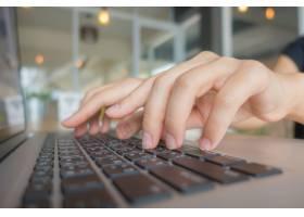 商务女性在笔记本电脑键盘上打字的特写_1017501
