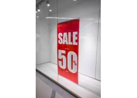 商店橱窗上的红色商店打折标志_1017674