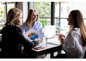 商界女性在工作场所会面_6083585