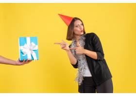 圣诞气氛兴奋的女商人穿着西装戴着xsma_13406641
