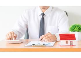 在办公室从事财务投资的商人或律师会计师_5216322