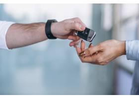 在汽车展厅找车的推销员和女人_4201647