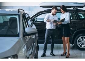 在汽车展厅找车的推销员和女人_4201671
