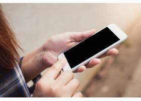 在混凝土墙背景上用空白显示的智能手机合上_1284848