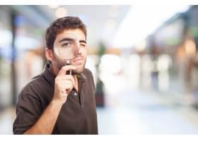 一名男子在购物中心拿着放大镜_908526