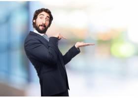 一名男子指着他举起的手_916630