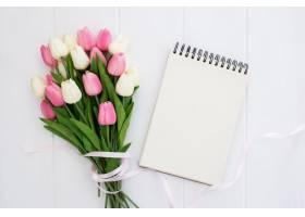 一束漂亮的郁金香花朵笔记本空空如也_3913062