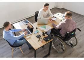 一群在办公室一起工作的成年男子_7388234