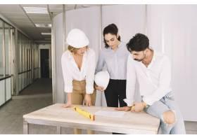 一群工程师靠在桌子上_1365317