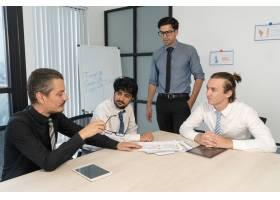 三位年轻的经理向严肃的老板汇报工作_2791557