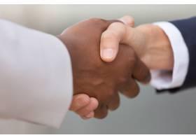 不同商业同事握手的特写_5889859
