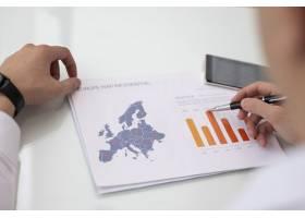 與歐洲銷售統計報告一起工作的男手特寫_3581139