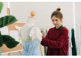 专业漂亮的亚洲女时装设计师在人体模型服装_3441229