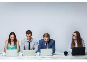 业务团队在办公室一起工作背景为浅灰色_10056381