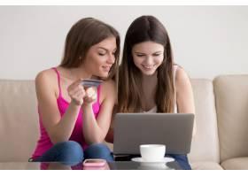 两个快乐的女朋友在网上订货_3938809