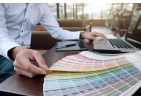 书桌上的平面设计色板和钢笔使用作业工_1211572