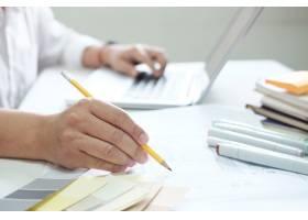书桌上的平面设计色板和钢笔使用作业工_1235468