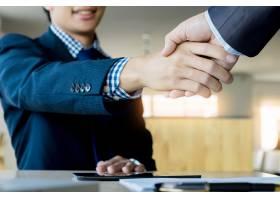 两个自信的商人在办公室里握手成功交易_1203182