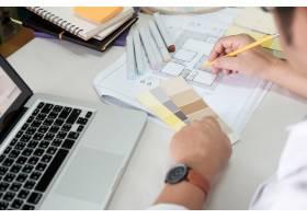 书桌上的平面设计色板和钢笔使用作业工_1235471