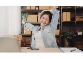 亚洲企业家女商人在回答客户问题后伸展身体_4014652