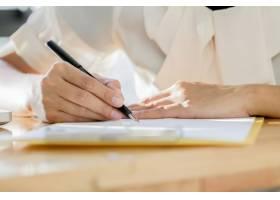 亚洲女商人签署合同文件进行交易_1236541