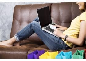 亚洲妇女在家网上购物在购物网站上搜索产_1211645