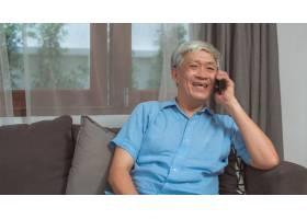 亚洲老人在家里通电话亚裔高龄华裔男性在_5820826