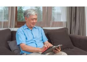 亚洲老年人在家使用平板电脑亚洲老年中国_5820825