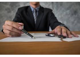 交通和拥有权概念有车钥匙的顾客和推销员_1203159