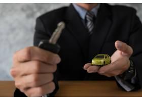 交通和拥有权概念有车钥匙的顾客和推销员_1203163