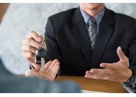交通和拥有权概念有车钥匙的顾客和推销员_1203164