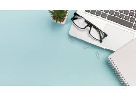 仙人掌植物回形针眼镜笔记本电脑旁边_4767720