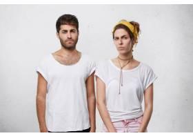 穿着白色休闲T恤的心烦意乱的夫妇在孤立的_9765297