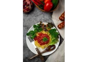 美味的意大利面配上漂亮的食材_9294562