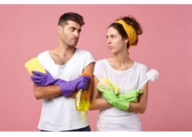 这是一对辛勤工作的夫妇的肖像他们拿着海_9764237
