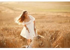 麦田里的一家人穿着白色连衣裙的女人_10164567