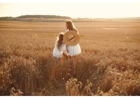 麦田里的一家人穿着白色连衣裙的女人戴_10155406