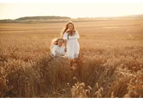 麦田里的一家人穿着白色连衣裙的女人戴_10155407