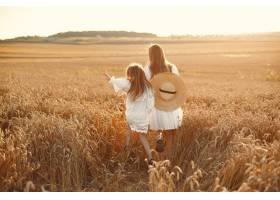 麦田里的一家人穿着白色连衣裙的女人戴_10155410