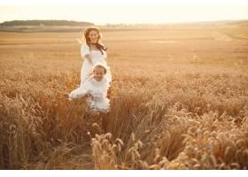 麦田里的一家人穿着白色连衣裙的女人戴_10155412