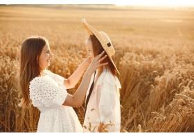麦田里的一家人穿着白色连衣裙的女人戴_10155413