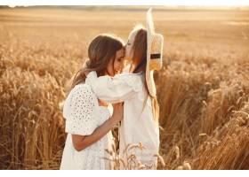 麦田里的一家人穿着白色连衣裙的女人戴_10155414