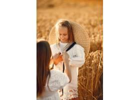 麦田里的一家人穿着白色连衣裙的女人戴_10164558