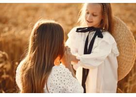 麦田里的一家人穿着白色连衣裙的女人戴_10164561