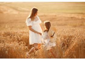 麦田里的一家人穿着白色连衣裙的女人戴_10164563